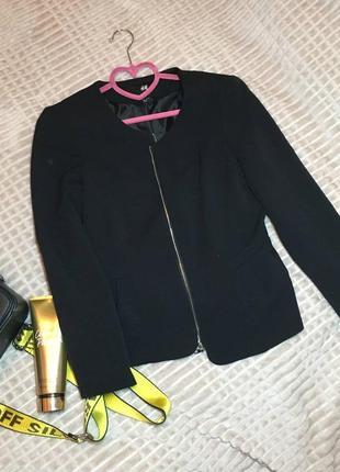 Черный пиджак h&m на замке