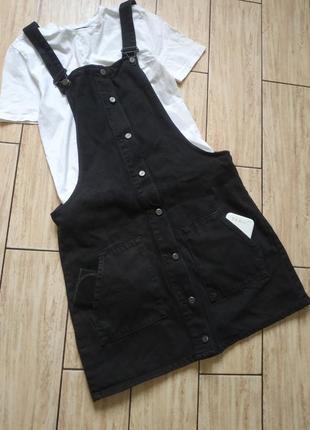 Стильный джинсовый комбинезон с боковыми карманами