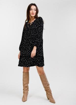 Свободное платье с оборкой внизу и с длинными рукавами черное в горошек