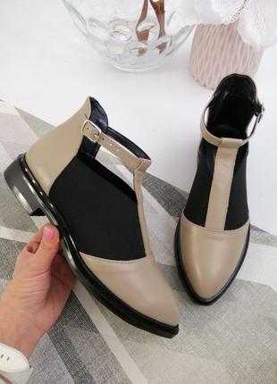 Скидки!кожаные бежевые туфли на низком каблуке,по бокам есть резинка