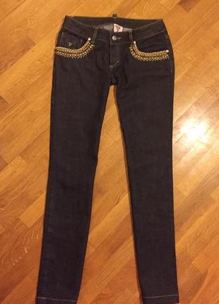Красивые джинсы  с цепями и заклепками