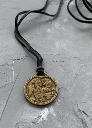 Подвеска медальон монета на каучуковом шнуре золотистого цвета этно блох стиль