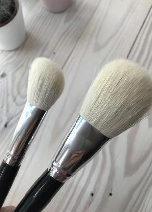 Две больших кисти для макияжа из натурального ворса козы.