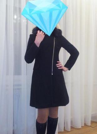 Пальто черное демисезонное с косой молнией и меховой отделкой воротника