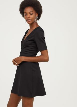 Платье из плотного трикотажа с кружевной отделкой
