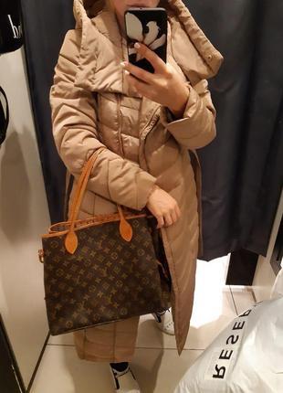 Длинное теплое пальто reserved, блестящая ткань, бежевое базовое с поясом