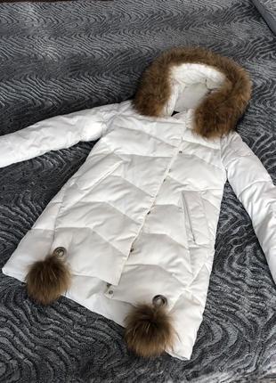 Белый пуховик с натуральным мехом енота