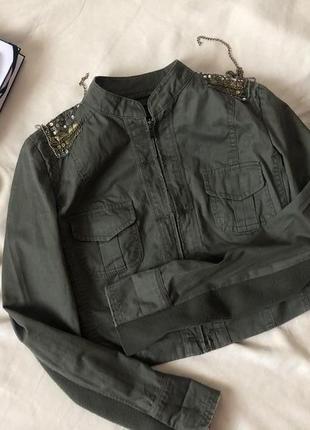 Укороченный пиджак хаки с паетками и цепочками на плечах new look