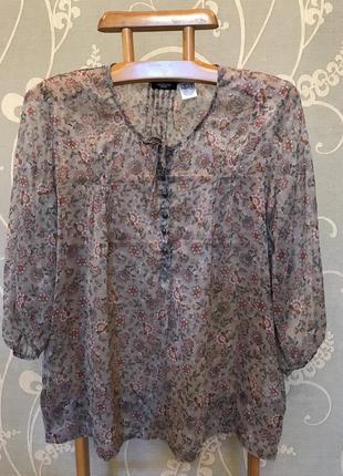 Очень красивая и стильная брендовая блузка в цветочках.