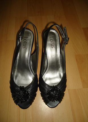 Фирменные туфли босоножки lotus 39 р.