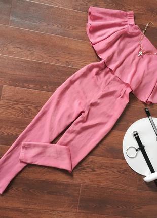 Рожевий комбінезон на груди