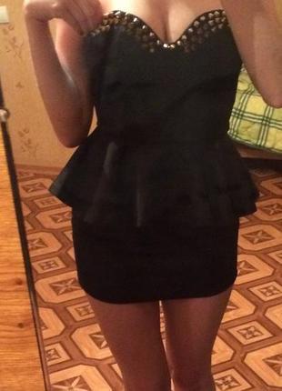 Мини платье черное с шипами и баской