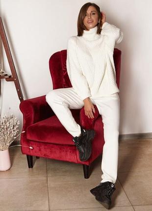 Красивый белый трикотажный костюм зимний