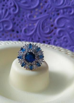 Кольцо с синими и белыми камнями, нарядное.