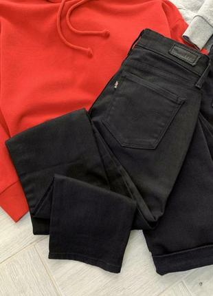 Черные джинсы скинни levi's (размер 24, xs)