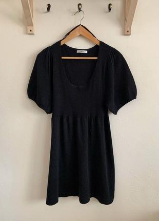 Черное платье с рукавом фонарик
