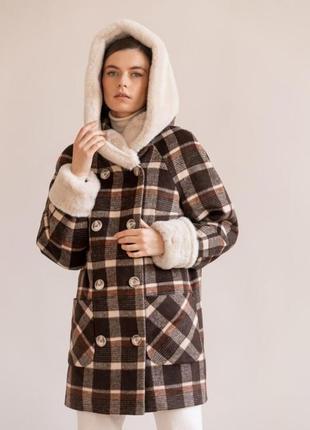 Утепленное зимнее короткое пальто в клетку