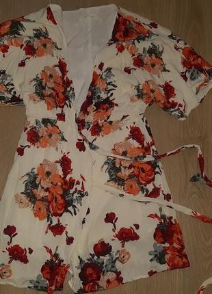 Платье халат, белое в цветы, короткое, открытым вырезом