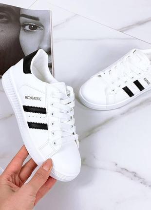 Женские белые черные кожаные кроссовки кеды с черной пяткой пяточкой