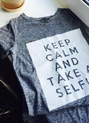 Отличная асиметричная серая футболка с надписью