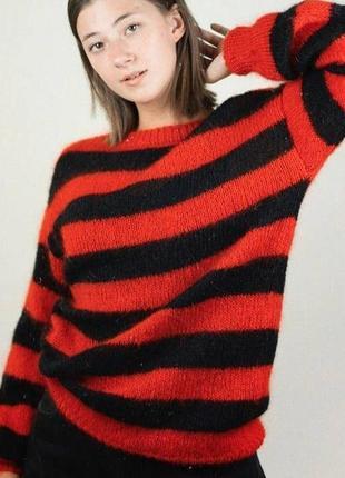 Красно черный в полоску свитер