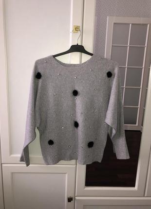 Серый свитер с пушком и стразами