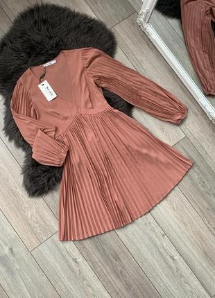 Платье плиссе с длинным рукавом новое na-kd