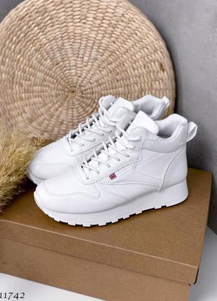 Спортивные белые кроссовки из экокожи