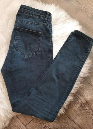 Темно-синие джинсы от h&m прямого кроя зауженные снизу классические джинсы