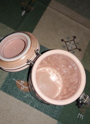 Набор 3-х фарфоровых банок для сыпучих продуктов, чай, кофе, сахар на деревянной полочке.