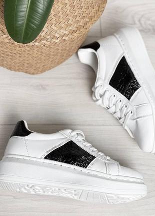 Женские белые с черным кроссовки