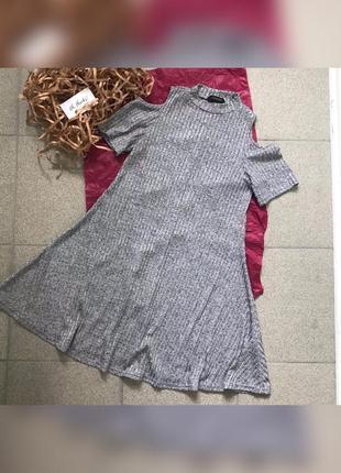 Жіноча сукня з відкритими плечима