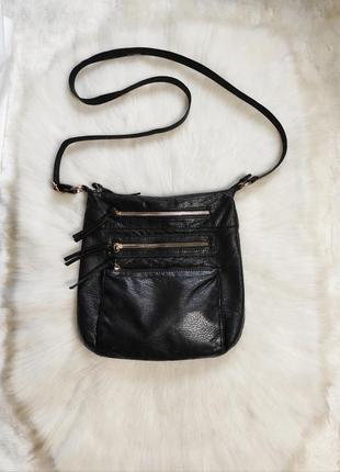 Черная кожаная средняя сумка вместительная мягкая с карманами на молнии длинным ремешком