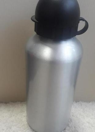 Алюминиевая бутылка для воды.