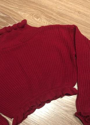 Красный свитер с рюшами воланами