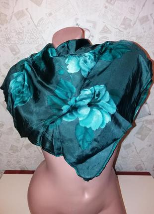 Платок в цветы р. 63/65 см.+-
