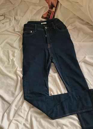 Темные джинсы скинни с высокой посадкой