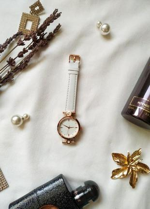 Часы от yves rocher с камушками, белый ремешок