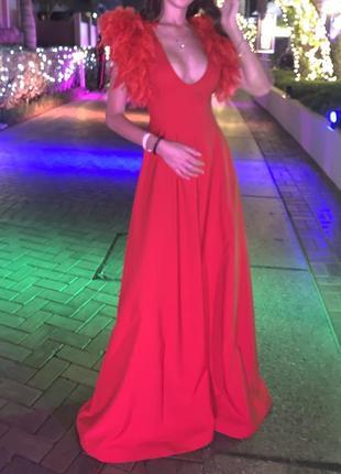 Изумительное платье красного цвета с перьями