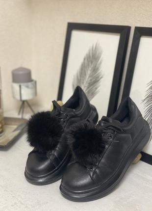 Эффектные черные кроссовки-криперы с мехом