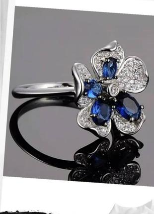 Серебряное кольцо с хрусталем и фианитами.