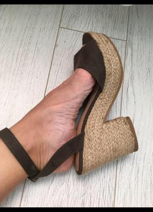 Босоножки на блочном каблуке новые