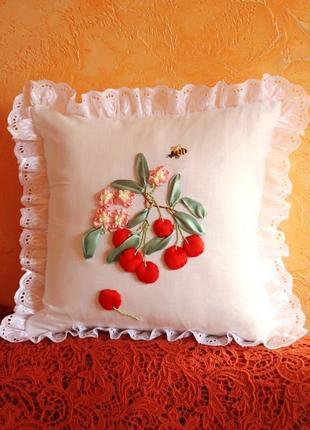 Декоративная наволочка с вишнями, вышивка лентами