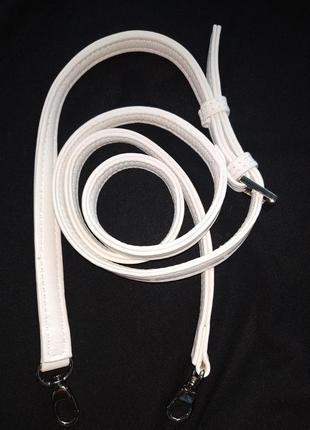 Белоснежная кожаная ручка для сумки, длина123см max, шир.14 мм.