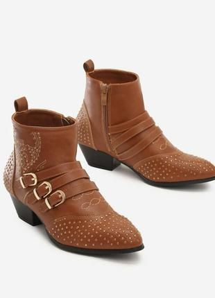 Трендовые казаки ботинки на маленьком каблуке с вышивкой ботильоны полуботинки