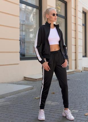 Спортивный костюм женский с кофтой на змейке без капюшона с белыми полосками по бокам