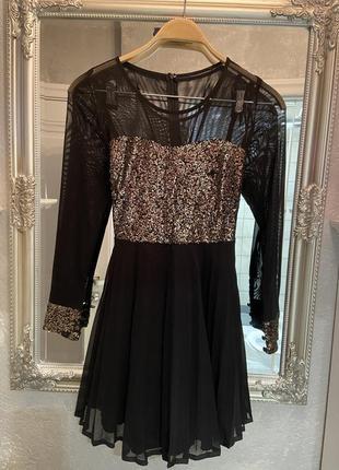 Платье в сетку с пайетками и плиссировкой с прозрачными рукавами