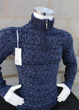 Тёплый вязаный зимний свитер.