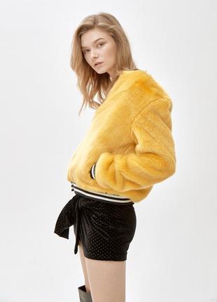 Спортивная куртка из искусственного меха в сочном желтом цвете