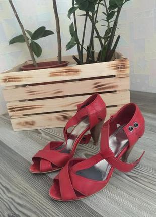 Натуральная кожа. красные босоножки на каблуке. размер 38. mexx.